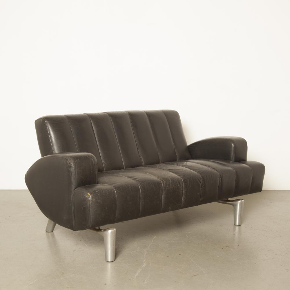 معالج الأريكة أريكة Hugo de Ruiter Leolux تصميم هولندي تسعينيات من القرن الماضي جلد أسود من الألمنيوم الساق العضوي شكل فرقعة الزنجار ذو المقعدين 1990 تسعينات قديمة خمر الرجعية