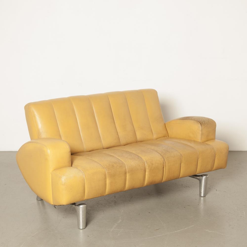 Sofá do mago Hugo de Ruiter Leolux design holandês dos anos 1990 couro amarelo mostarda perna de alumínio fundido forma orgânica craquelé pátina 2 lugares de segunda mão vintage dos anos XNUMX