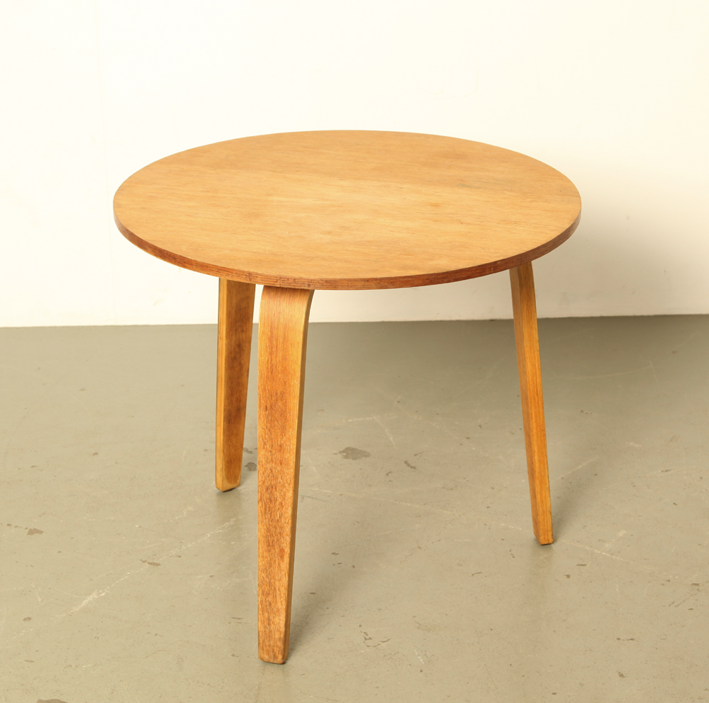 Mesa auxiliar-Cees-Braakman-Pastoe-oak-series-UMS-Netherlands-curved-plywood-Round-model-three-legged-table-table-vintage-Dutch-design-1950s
