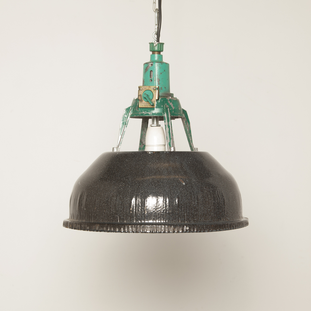 Lampe suspendue d'usine ouverte CCCP battue E27 émail moucheté noir tête verte en acier pressé patine industrielle utilisée vintage rétro abat-jour léger robuste porcelaine usée