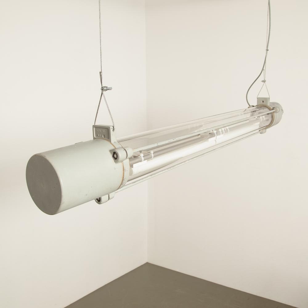 Tube DDR gris suspendu 2x Philinea lampe industrielle blanche verre clair usine d'aluminium tube fluorescent anti-poussière anti-déflagrant mine de charbon dur robuste upcycling Wittenberg