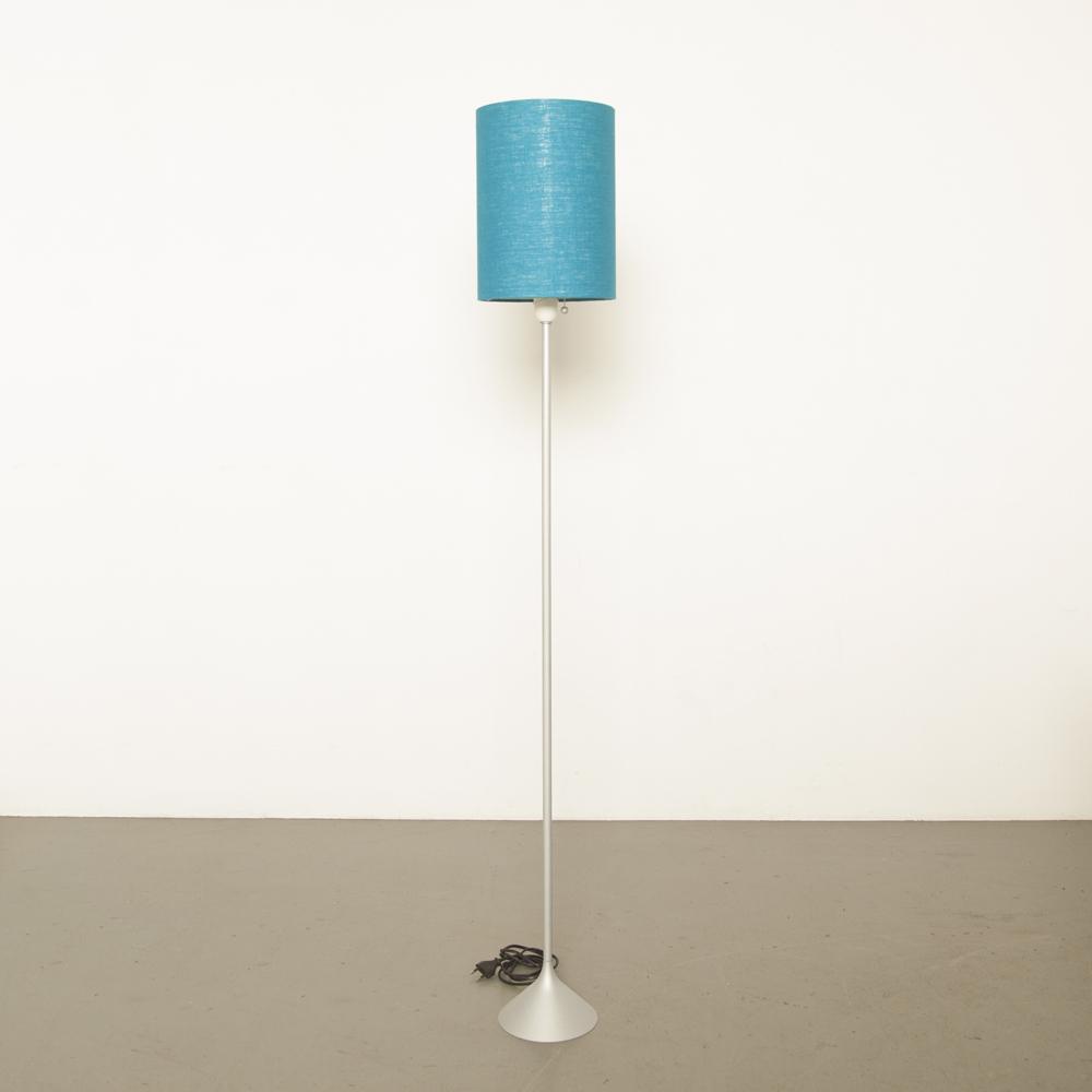 Joan Augé Taller Uno Stehlampe eloxiert grau silberblau Schattenkappe E27 Design Licht aus zweiter Hand moderne zeitgenössische Japan Vintage Retro 80er Jahre 1980er Jahre XNUMXer Jahre