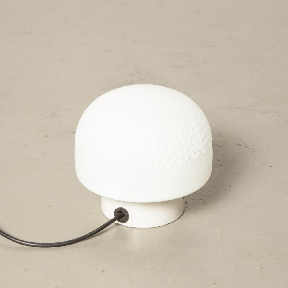Weißer Opalglasschirm quadratisches Dreieckmuster Textur Weißer Porzellanlampensockel DDR Bauhaus-Stil oberflächenmontierte Wanddeckenleuchte Vintage Industrial Retro