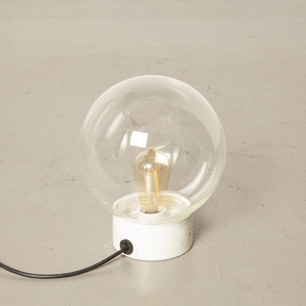 Klare mundgeblasene Glaskugel Kugel Schatten Weiß Porzellan Lampensockel DDR Bauhaus-Stil oberflächenmontierte Wandleuchte Vintage Industrial Retro