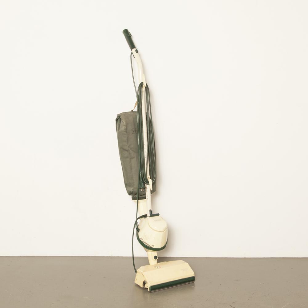 Vorwerk staande stofzuiger Electro Co Wuppertal Kobold type 1 vintage retro wonder apparaat vele accessoires wereld redder film tv rekwisieten verhuur jaren 50 jaren 1950