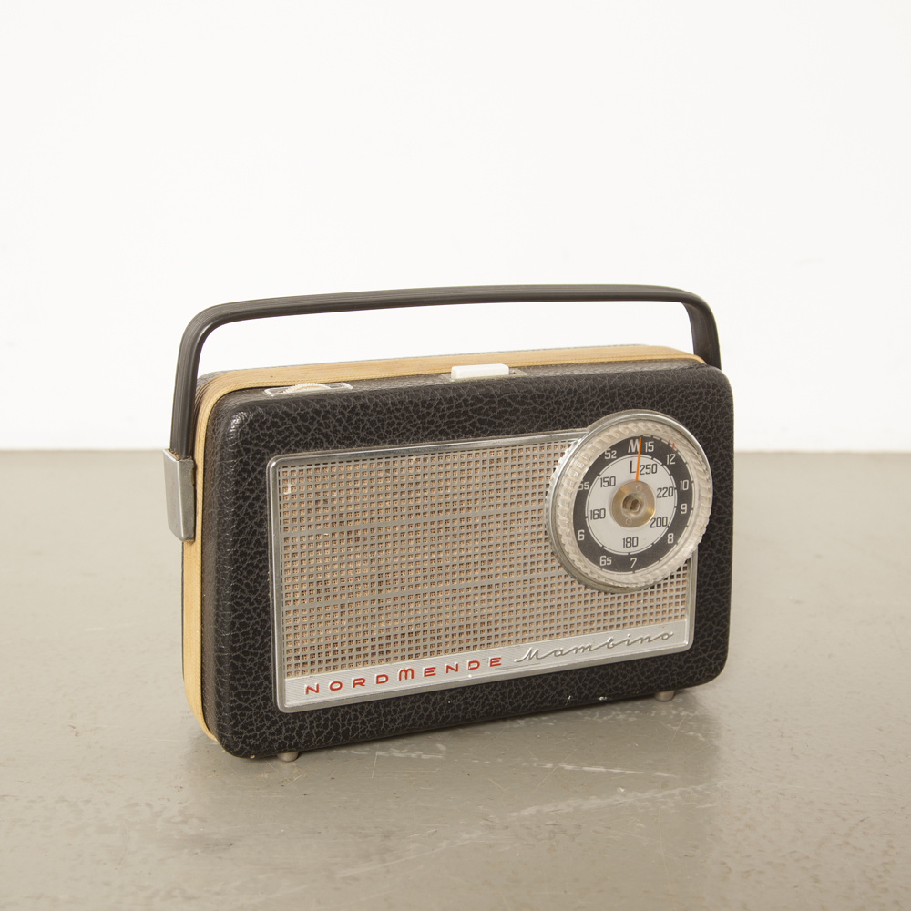 Nordmende Mambino E06 radio transistorradio portable handle battery leatherette canvas plastic original condition buttons front emblem As-Is decor piece vintage retro 1960s sixties