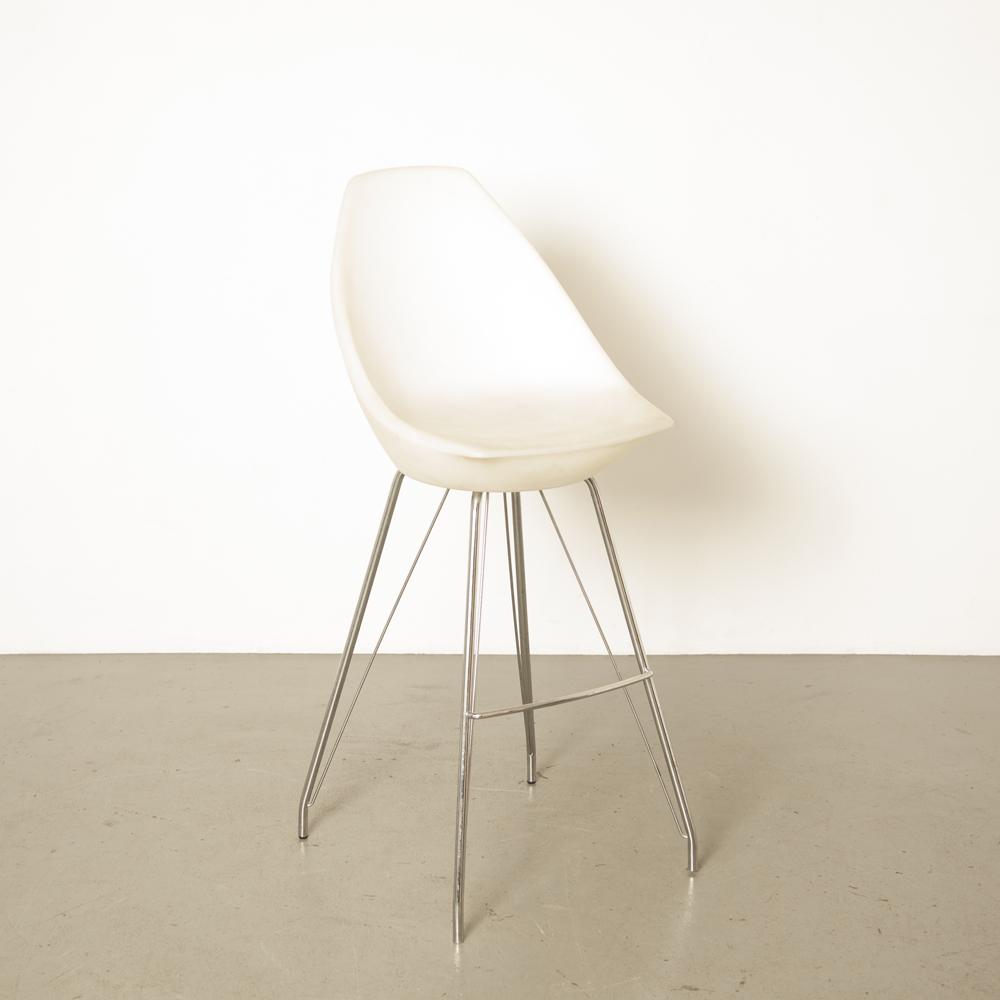 Banqueta de bar branca barra cromada pernas de base de aço pernas apoio de pés banquinho de plástico translúcido poliéster banheira Itália Itália moderno design contemporâneo noughties cromo