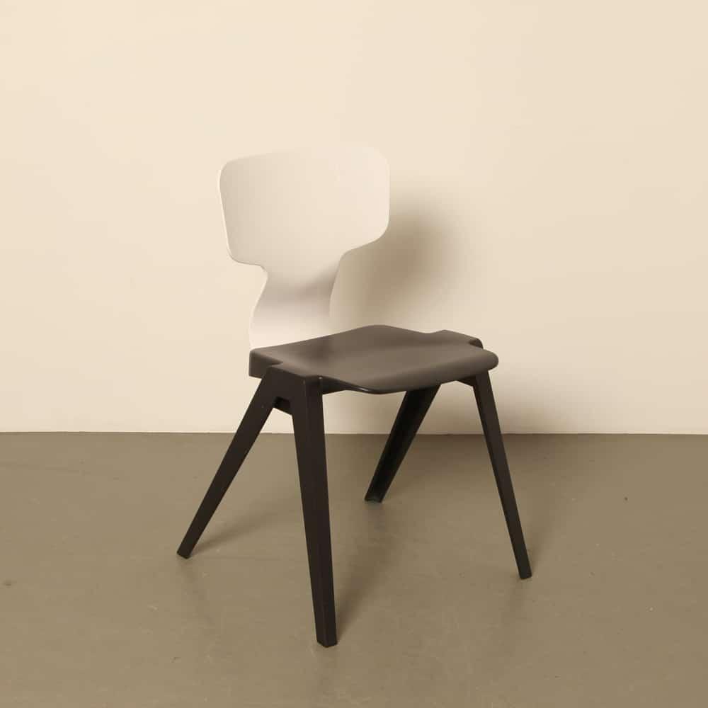 Stuhl 380 Ineke Hans Ahrend niederländisches Design aus recyceltem Kunststoff inspiriert Revolt Friso Kramer stapelbar schwarz weiß