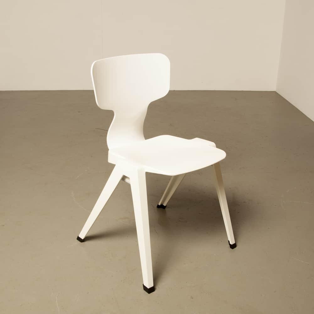Stoel 380 Ineke Hans Ahrend nederlands design gerecycled plastic geïnspireerd Revolt Friso Kramer stapelbaar wit