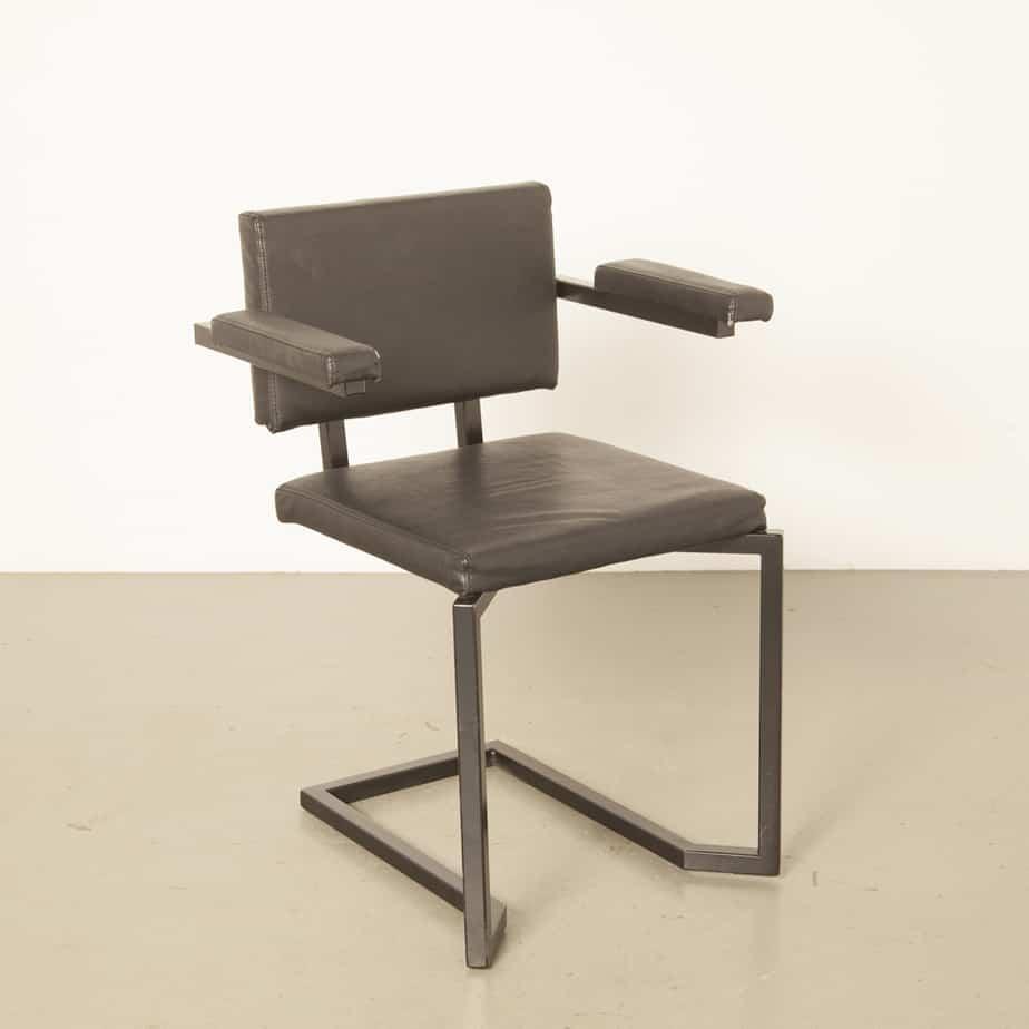 AVL Koker Stuhl Armlehnen Studio Joep van Lieshout stapelbar Lensvelt schwarz quadratisch Metallrohr Leder niederländisches Design gebrauchte primitive funktionale 2010-jährige XNUMXer Jahre