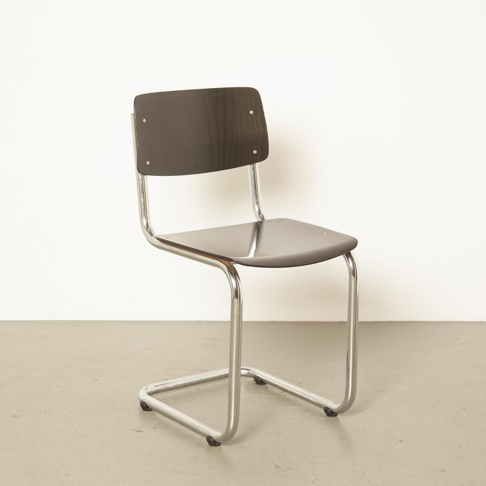 Консольный стул в стиле шестидесятых с хромированной трубкой. Черная фанерная древесина. Задняя часть пружинной столовой. Трубчатые салазки. Хромированный пластиковый пол. Планер 60-х годов.