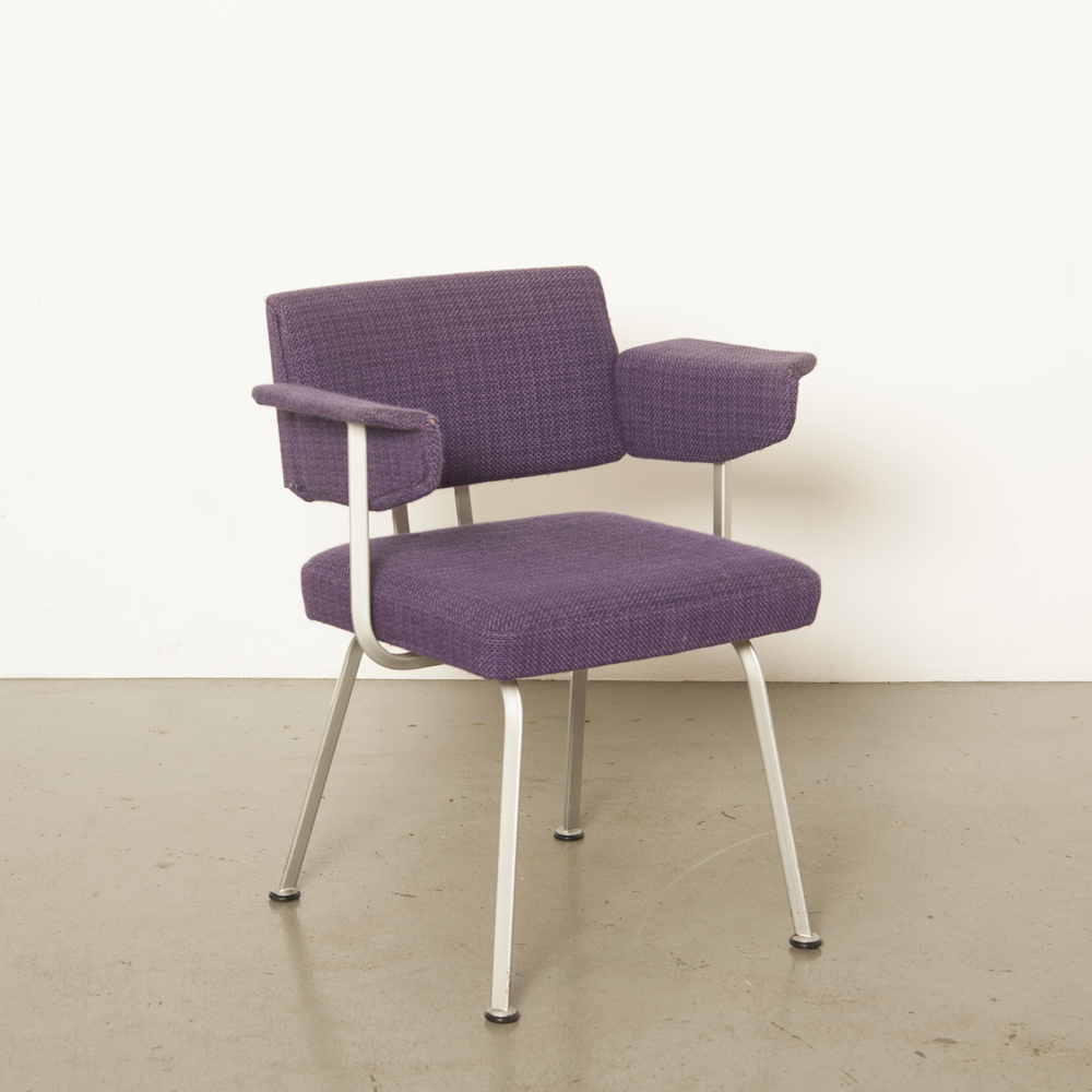 Resort chair armrest Friso Kramer Ahrend de Cirkel 1960s grey triangle profile tubular frame original vintage woven purple upholstery retro industrial office desk triangulair sixties 60s