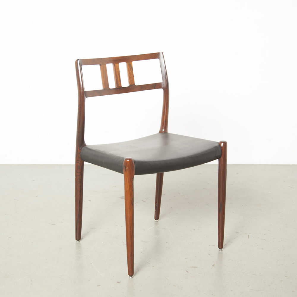Modello 79 sedia da sala da pranzo Niels Møller JL Danimarca Rio Rosewood in pelle nera con logo in metallo timbro distintivo completamente originale degli anni cinquanta anni cinquanta vintage retrò retrò metà del secolo moderno 1950 danese