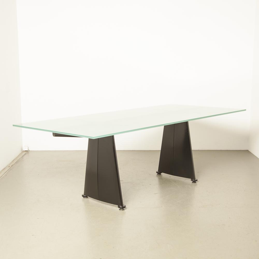 Trapèze tafel mat glas Jean Prouvé Tecta gebogen plaatstaal zwart gepoedercoat Cité Universitaire Antony jaren 50 vintage retro klassiek design conferentie eetkamer jaren vijftig