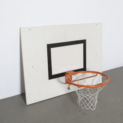 Basketbal hoepel met bord school patina wit oranje net ring metaal gymzaal primaire gymnastiek fitness sport oefening training opleiding gebruikt tweedehands vintage retro industrieel stedelijk