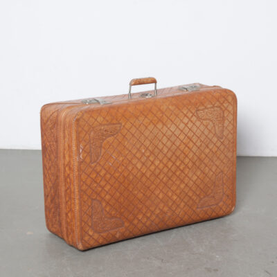 Pugsley Tooled Leather Suitcase Parana Curitiba Brasileiras arbeitete Leder Deluxe Phantasie Blumenwerkzeug Satin Zurrgurte gesammelt Tasche Patina Reise Reise Urlaub Styling Schrank Fall Kofferraum Brust Lagerung Versand Transportbox Film TV Requisiten Vermietung dekorative Kunst Objekt Dekoration Skulptur Mood Maker Brocante Vintage Retro
