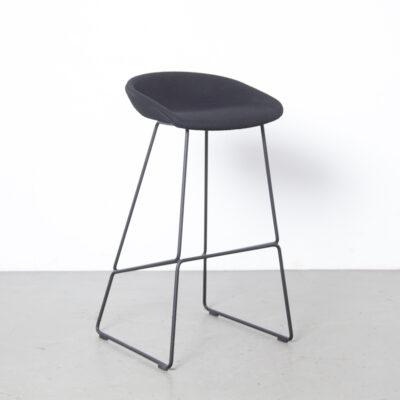 About A Stool AAS39 HAY Danemark chaise tabouret de bar Hee Welling tapisserie d'ameublement en laine noire tige soudée piètement luge en acier design moderne occasion années 00 années 2000 Noughties danois contemporain