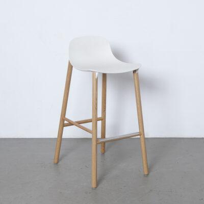 低矮的靠背凳子凳Neuland Industriedesign Eva Paster Michael Geldmacher Kristalia意大利实木脚塑料座位鳍形耦合元件现代设计二手的当代2010年代