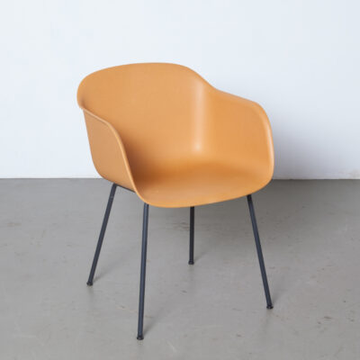 Faser Stuhl Rohrboden Ocker staubiges Orange Muuto Dänemark Iskos-Berlin Skandinavisches Design Wannenschale graue Beine moderne zeitgenössische 2010er Armlehne funktioneller Verbundkunststoff nachhaltig umweltfreundlich zwanzig Zehn Sitzplätze