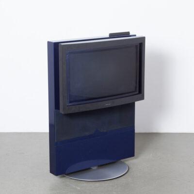 BeoVision Avant 32 magnétoscope bleu TV télévision David Lewis Bang & Olufsen Danemark système vidéo de divertissement audiovisuel grand écran haut-parleurs stéréo hi-fi tube d'image support motorisé bleu foncé perle de haute qualité laque à deux composants noir anthracite boîtier armoire années 1990 XNUMX design rétro vintage