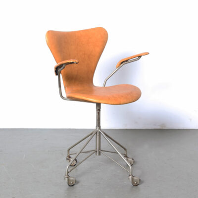 -very-rare-old-model-leather-upholstery-butterfly-desk-chair-armrests-camel-wire-frame-wheels-Arne-Jacobsen-Fritz-Hansen-3217-seven-serie-Denmark-50s