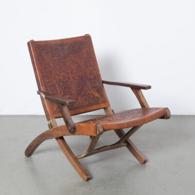 Angel I. Pazmino folding chair Muebles de Estilo Equador Ecuador solid tropical hardwood thick carved tooled saddle leather acanthus leaf pattern South America Mid-Century Modern vintage retro sixties 1960s 60s seating