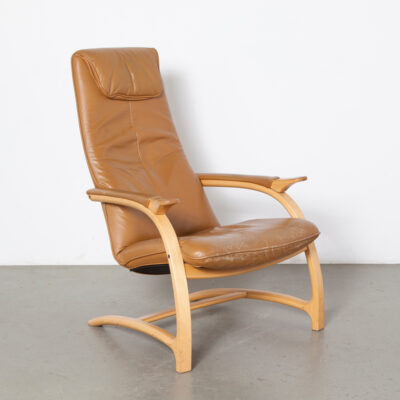 Fauteuil scandinave cantilever structure en contreplaqué stratifié accoudoir plié courbé camel cuir cognac seventies modern 70s 1970s blond clair finition assise chaise design vintage highback