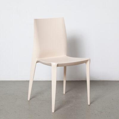 Chaise Bellini modèle 1000 Mario Heller USA gris clair crème beige empilable empilable intérieur extérieur monobloc plastique polypropylène texture peau d'orange assise moderne contemporain léger années 2000