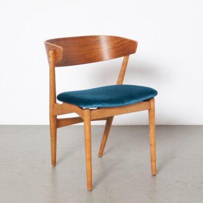 Vintage stoel retro midden van de eeuw modern Nederlands design nieuwe bekleding petrol blauw velours halfronde koehoorn gebogen multiplex rugleuning mooi fineer naar binnen gespreide achterpoten jaren 50 1950 XNUMX