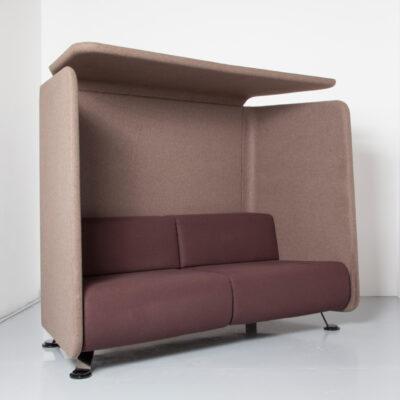 Nicho para sentarse nicho de dos tonos marrón AXIA Design Prooff acústico cómodo entorno de trabajo silencioso sofá sofá banco conferencia reunión oficina estación de trabajo refugio privacidad tapicería espacio de trabajo contemporáneo moderno