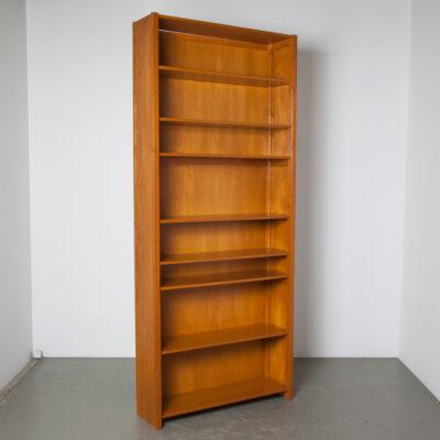 Lundia Book Case высокие полки с металлическими опорными краями, лакированная сосна, офисный шкаф для хранения светлых оттенков Книжный шкаф Étagère, закрытая боковая панель, металлический штифт, дюбель, предварительно просверленные отверстия Швеция, Нидерланды, винтаж, ретро, середина века, модерн, 60-е, 1960-е, шестидесятые.