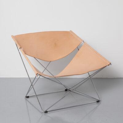 Butterfly F675 Chair Pierre Paulin Artifort хромированный стержень-стальной каркас, подвешенный к телу натуральная кожа седла телесного цвета, салон, пространственный объект, нетрадиционный дизайн, классическое легкое кресло 60-е годы 1960-е годы винтаж ретро сиденье середина века модерн