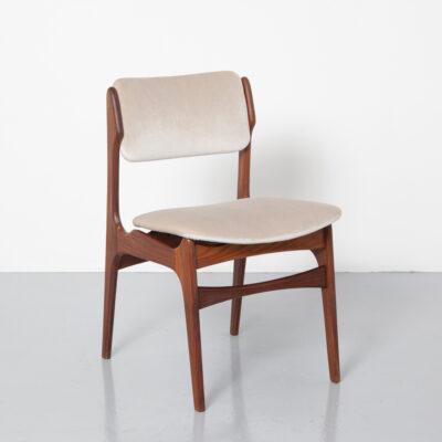 كرسي عتيق منحنيات بأشكال عضوية حسية تدور حول تنجيد جديد باللون البيج الكريمي المخملي إطار خشبي صلب استوائي داكن صلب ، مقاعد حديثة في منتصف القرن الستينيات ، الستينيات
