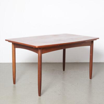 طاولة غرفة طعام من خشب الساج تمتد بأوراق مخفية إضافية وأرجل قشرة خشبية قابلة للإزالة زوايا مستديرة شكل القارب تقوس جانبًا طويلًا بتصميم هولندي هولندي قديم في منتصف القرن الحديث الخمسينيات الخمسينيات