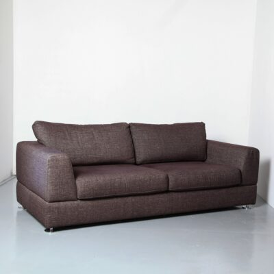 DYYK Couch Brown أريكة بني داكن مع لمسات رمادية وسائد تنجيد منسوجة ناعمة مربعة الشكل مطلية بالكروم وأقدام قرص مستديرة بتصميم هولندي مقاعد عصرية حديثة 2010