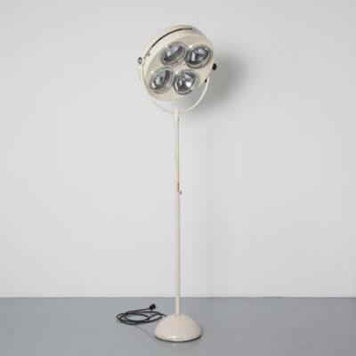 مصباح تشغيل قائم بذاته ، ارتفاع قابل للتعديل ، مصباح تشغيل ، مستشفى ، بلوك شرقي طبي ، يعمل الأطباء ، جراحي عتيق ، بروكانتي الصناعي ، منتصف القرن الحديث ، كريم البيج ، كريمي ، خمسينيات القرن الماضي ، الخمسينيات