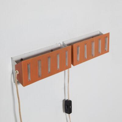 Nachtlampje Bedlampje Set JJM Hoogervorst Anvia koraal cantaloupe kleur slaapkamer bedlamp licht wandkandelaar gepoedercoat metaal witte kap aangepast gekantelde glazen buizen CP1 Charlotte Perriand vintage retro midden van de eeuw modern 60s 1960s XNUMXs