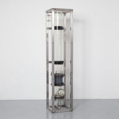 Industrieel Kunst laboratorium glas experiment ding gigantisch reageerbuis apparatuur chemische reactie school chemie laboratorium college studie licht lamp object film rekwisieten verhuur decor stuk vintage retro brocante midden van de eeuw modern