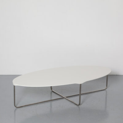 Table basse Flint Gert Batenburg Montis laqué ellipse ovale blanc enduit de MDF bord biseauté perlé mat sous les pieds en acier inoxydable brossé pieds en caoutchouc élégant fin subtil raffiné contemporain design moderne néerlandais des années 2000
